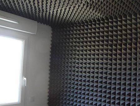 bariyerli akustik piramit sünger